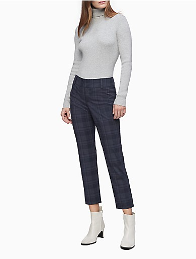 Crafted from an extra soft stretch blend for all-day comfort, these modern fit pants feature a navy burgundy plaid and a sleek silhouette. Designed with a tab closure for a clean finish, back welt pockets, logo detailing and an ankle length. Versatile and modern, this streamlined choice is a collection building-block essential.