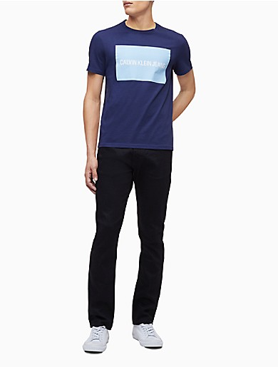 Updated with a colorblock print at front, this signature t-shirt is made with soft cotton, a crewneck, a straight hem and a refreshed logo print in a bright hue.