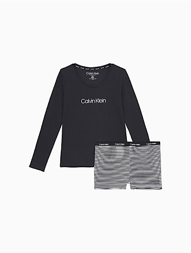 A cozy 2-piece sleepwear set, comes with a long sleeve tee and pull-on shorts. Designed with a classic crewneck, iconic logo detailing, an elasticated waistband and a short inseam. Top comes in a heathered light grey color.