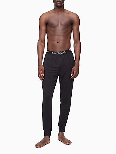 Ultra soft and sleek, these essential joggers are made with a modal stretch blend for a luxurious feel. Finished with a Calvin Klein Underwear logo waistband, side pockets, straight legs and banded ankles for a silky loungewear look.
