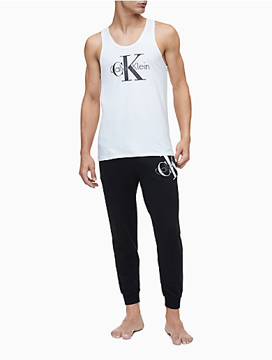 Celebrating the origins of CALVIN KLEIN, these loungewear joggers are made with a plush cotton knit blend and an askew monogram logo on the front. Finished with an elasticated drawstring waistband, front slip pockets and banded ankles for an iconic look engineered for maximum comfort.